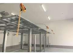 最新設備、冷暖房完備の認証サービス工場です。