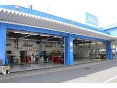 大型整備工場を併設、お客様が安心・安全・快適なカーライフをお過ごしいただける様、専門エンジニアが整備いたします。