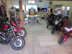 店内にはお手頃プライスのバイクを展示中!