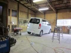 カスタムペイント工場です!ご希望のカラーの塗装や自動車鈑金も承っております。
