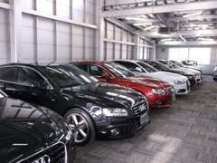 屋内展示場は空調完備で天候を気にする事なくお車をご覧いただけます。