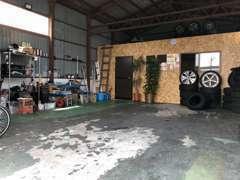 当社の自社工場です♪タイヤ保管も可能です!皆様に良質かつ低価格な中古車をお客様に届けていきたいと思っております!