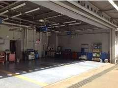 サービス工場も併設しております。アフターサービスも、正規ディーラーのスタッフにお任せください。