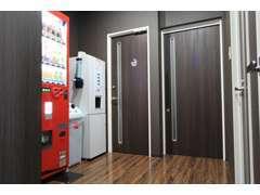 店内には喫煙室&自動販売機、無料の給茶機も完備しています☆