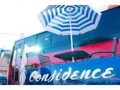 バスの中が事務所になっていて、窓からはお客様のお車を眺めながらゆっくりおくつろぎ頂けるスペースとなっております☆
