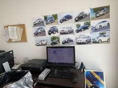 過去に納車した車が壁に貼られています。