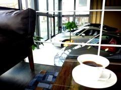 美味しいコーヒーを淹れてお待ちしております。お寛ぎして頂ければ幸いでございます。