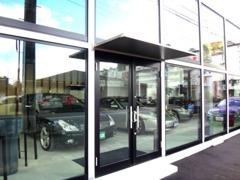 ガラス張りの屋内展示場です。在庫も日々変化しておりますので、お気に入りのお車がございましたら、お気軽にご来店下さい。