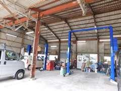 自社整備工場も完備しております。リフトも2台ございます。