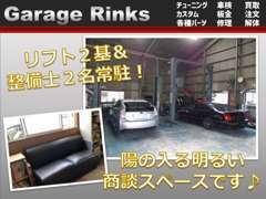 工場&商談スペースです!軽自動車や普通車も扱っております。