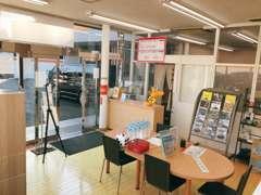 明るい商談スペースと明るいスタッフ!お客様がよりリラックス頂けるお店作りを常に心がけております!!