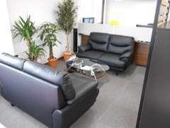 ソファーの商談スペースもあります☆作業待ちの間も、ゆっくりとくつろいでお待ちいただけます♪