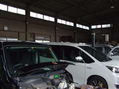 オイル交換から車検まで幅広く対応しております!