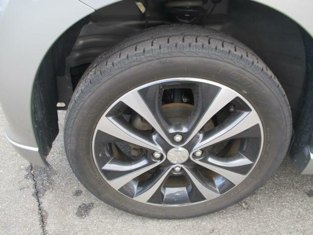 タイヤの残量は前後とも約3mmありますが、4本ともひびあり