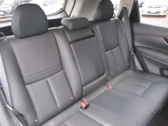 リヤシートです。大人も子供もゆったり座れるスペースが確保されてます。