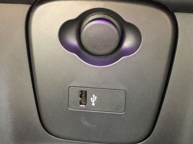 USBポート完備!スマホなどを充電しながら走行可能です!