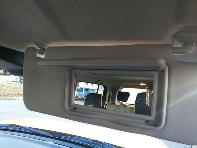 運転席側サンバイザーにはバニティミラーを搭載。