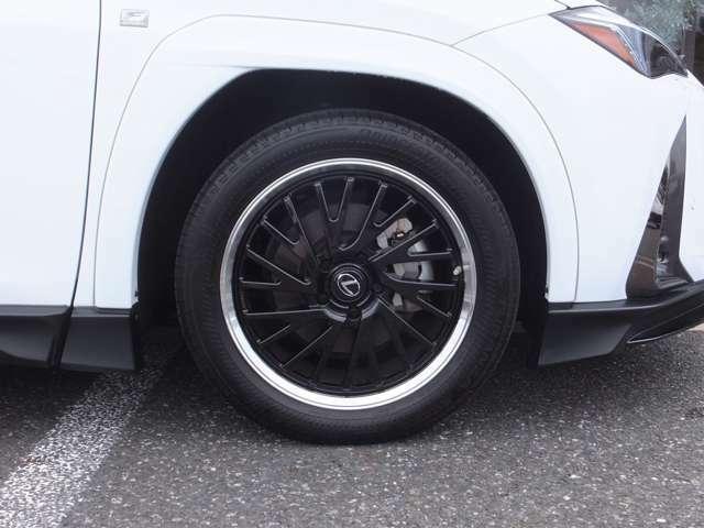 【OP設定】TRD18インチ鍛造アルミホイール&セキュリティロックナット。ホイールもガリ傷等も綺麗なコンデイションをキープしており、タイヤはランフラットタイヤがインストールされております。