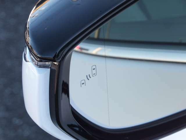 【MOP設定】ブラインドスポットモニター[BSM]走行中、ドアミラーでは確認しにくい後側方エリアに存在する車両に加えて、隣接する車線の最大約60m後方までモニターし、急接近してくる車両も検知します