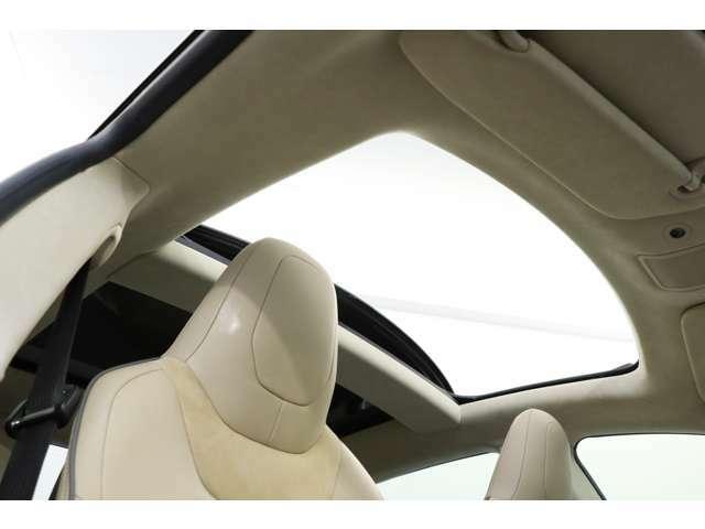 サンルーフが装備されておりますので開放感のある車内になっております。