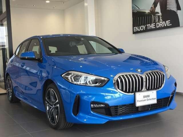 MスポーツはBMWをよりスポーティーに仕上げたグレードです。スポーツシートや専用アルミホイール、よりスポーティーな走りを楽しめるサスペンションなどの特徴があります。BMWの走りをより楽しみたい方にお勧めです
