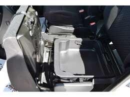 助手席下には、シートアンダーボックスがあり、靴など収納できます。