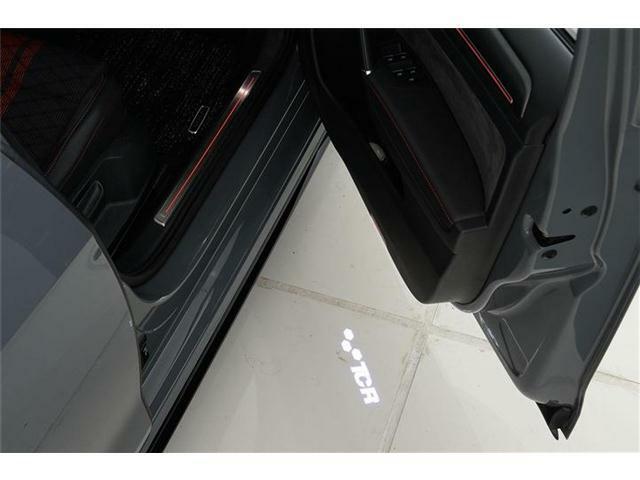 ドアを開けるとTCRのカーテシランプが足元を照らします。