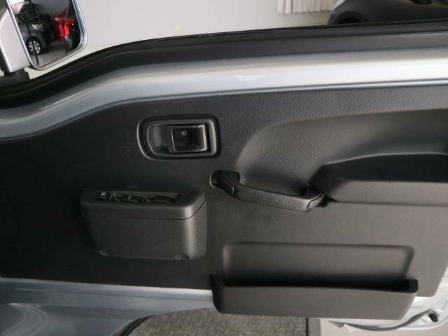 運転席ドアの収納です。雑誌などが入る便利な収納があり、安全運転の手助けをします。