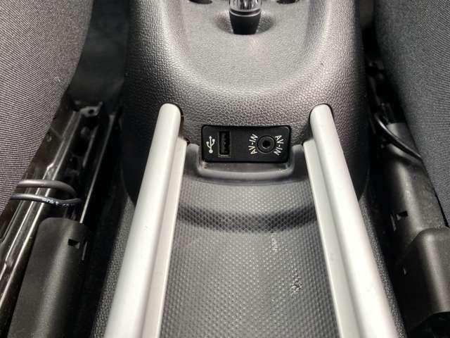 USBポートやAUX完備!スマホなどを充電しながら走行可能です!