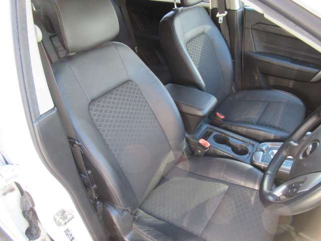 ハーフレザーシート 運転席8ウェイパワーシート(2ウェイマニュアルランバーサポート付) お好みのドライビングポジションを設定できます。