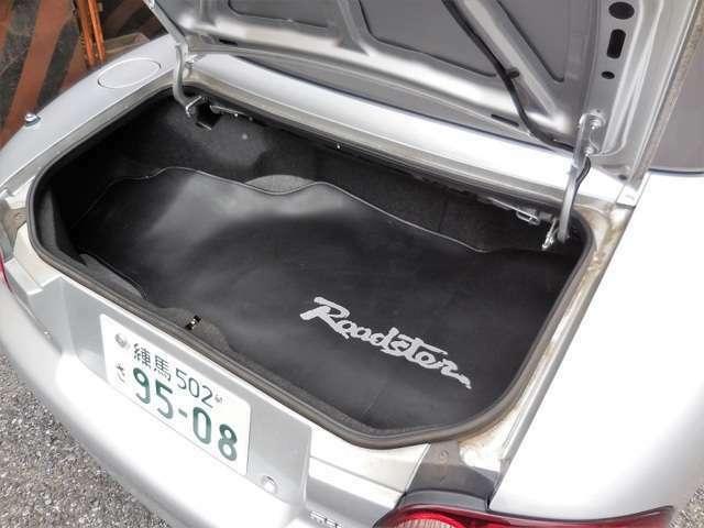 控えめなトランクですが、2人分の荷物を積むのには十分な広さがあります。