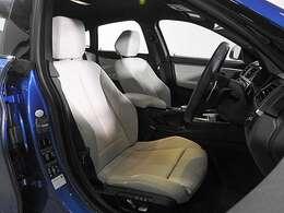レザースポーツシート&シートヒーター&シートメモリー付き電動調整パワーシート搭載。