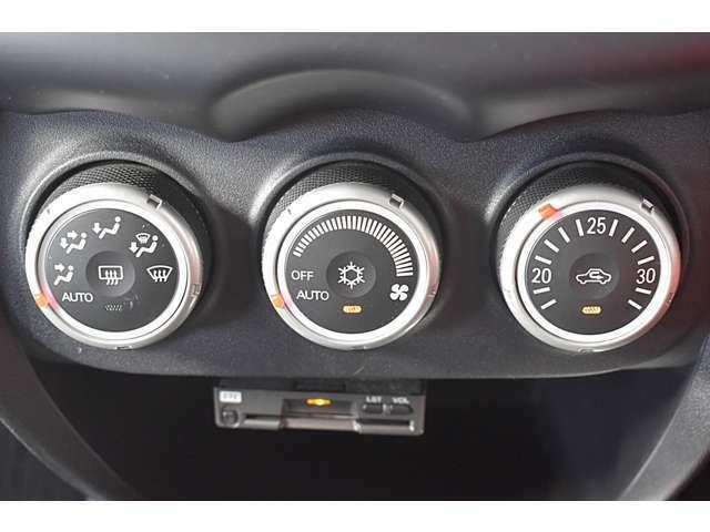 車内はいつでも快適に!フルオートエアコン装備!