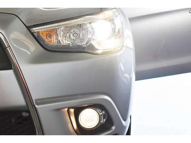 暗い夜道も明るく照らす『ディスチャージヘッドランプ&ビルトインフォグランプ』☆夜のドライブも視界は良好で安全運転の強いミカタです!