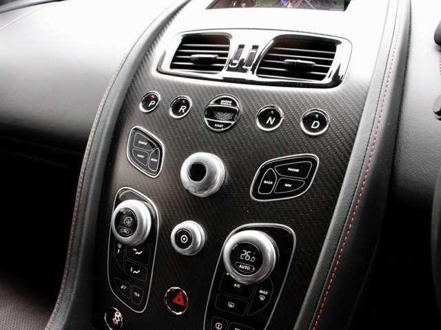 タッチトロニック3のボタンのセンタ〇には クリスタルキーの挿入口があります カーボンのインストルメントパネルがスポーティーさを引き立てます