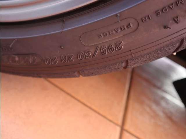 リアのタイヤのサイズは295/30ZR20です。