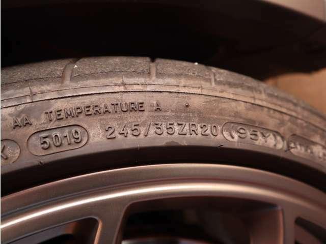フロントのタイヤのサイズは245/35ZR20です。