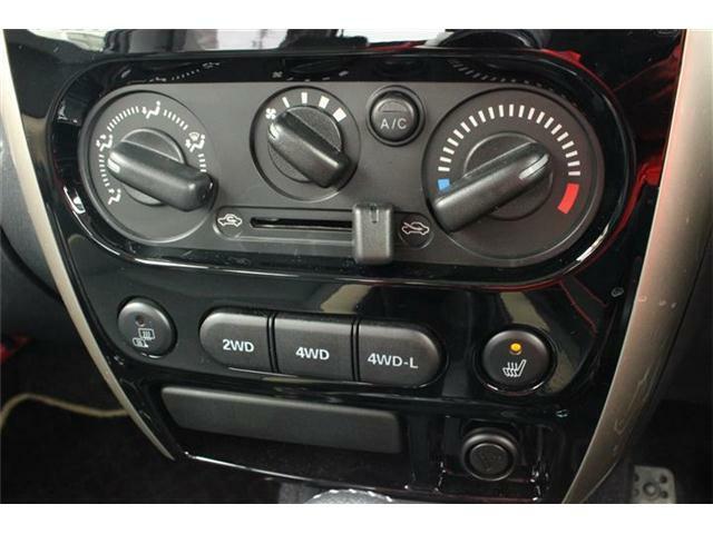 手動操作で快適に車内温度をコントロールするマニュアルエアコン付きです。