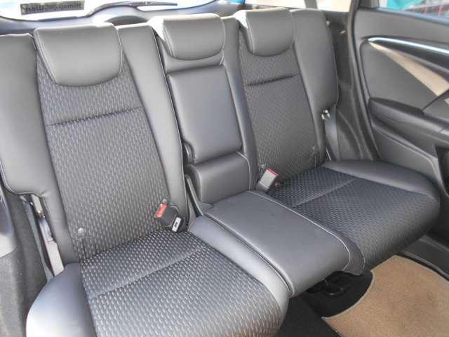 後部座席にもセンターアームレストがついているのでドライブも快適です♪