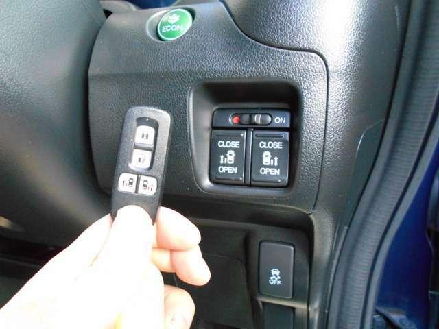 両側電動スライドドア装備♪スマートキーでも開閉操作できます。★2トーンカラースタイル(コントラストの強い配色が存在感を際立てる〈ブルー&ホワイト〉)