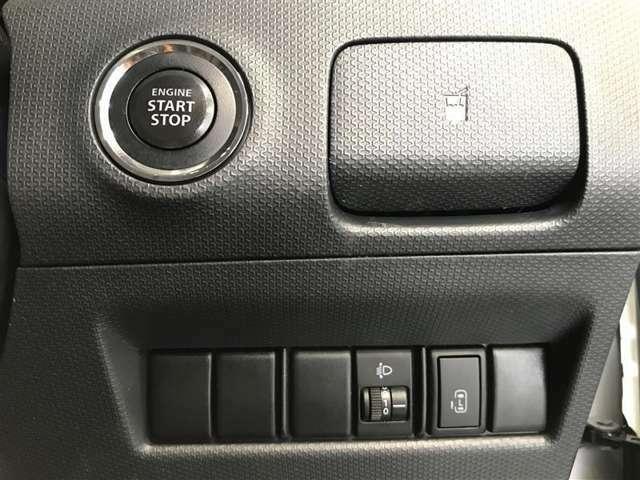 【便利なんです】 スマートキーをポケットやバックに携帯していればキーを取り出すことなくドアの解錠/施錠でき、エンジンもスイッチを押すだけでカンタンに始動できます♪