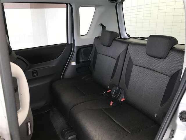 【後部座席】ベンチシートになります。広いので運転も快適ですよ!