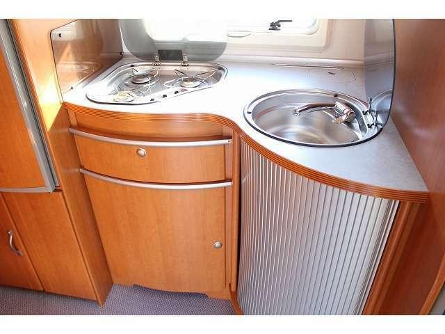 シンク・コンロ・3WAY冷蔵庫と充実の装備内容です。
