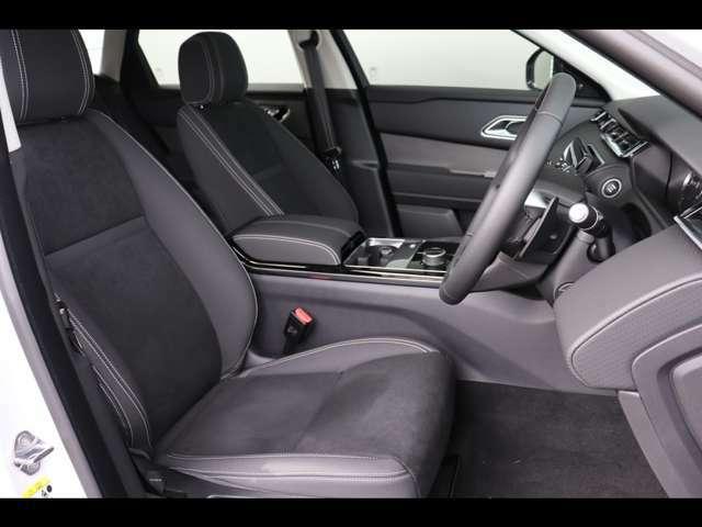 シンプルにまとまったエボニーインテリアです。ドライバーの疲労を抑えるように設計されたシートでドライブをお楽しみください。