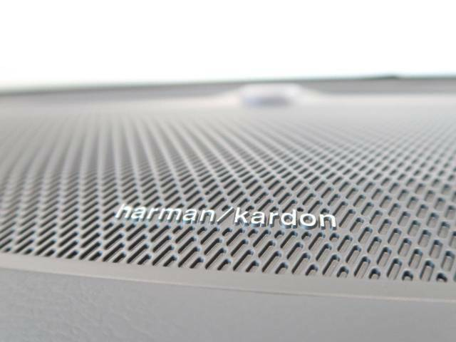 【harman kardon】ハーマンカードンのHi-Fiスペシャリストと共に、モデル別に開発・設計された専用チューニングが臨場感溢れる音響空間を実現しています。