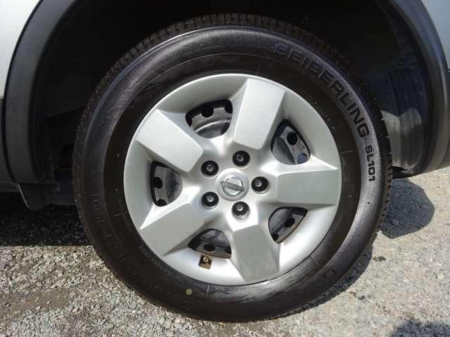 純正ホイールカバー付きです。タイヤは2019年製ブリヂストンタイヤで残溝はまだ十分残っています。