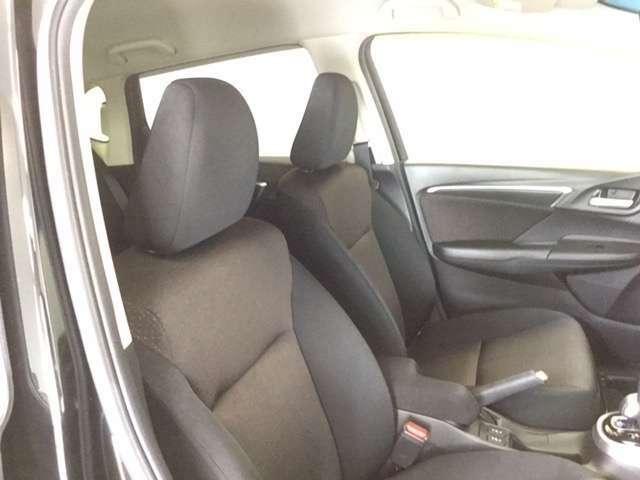 前席はゆったりとした大きなシート設定になっています。体をしっかりと支えて疲労軽減と安全運転を支援してくれます。着座していただくと、足元も頭上もゆったりしておりとても快適な空間となっています。