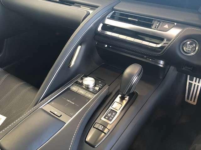 掌のフィット感、運転中の操作性まで追求。確かな操作感が味わえるショートストロークのシフトレバーです。