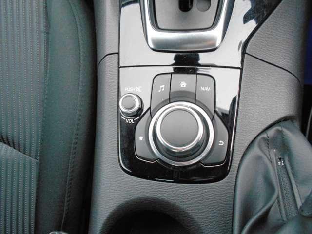 マツダコネクトを操作するためのコマンダーコントローラーは、回転/チルト/プッシュ操作が可能なロータリースイッチとボタンを組み合わせたユニットです。ディスプレイに表示されるすべての項目を操作できます。