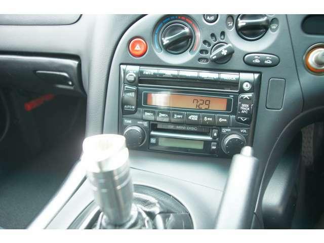オーディオにはマツダ純正のAM/FMラジオ、CD/MDプレーヤーが装着されています。